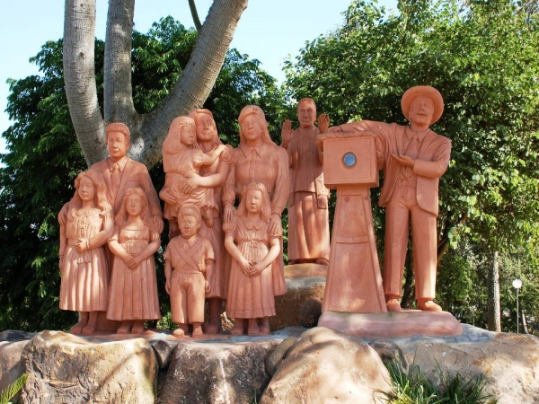 Monumento Coroinha Adílio Daronch