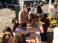 Saúde Bucal na praça de Dona Francisca,crianças recebendo orientações sobre a importância da boa escovação